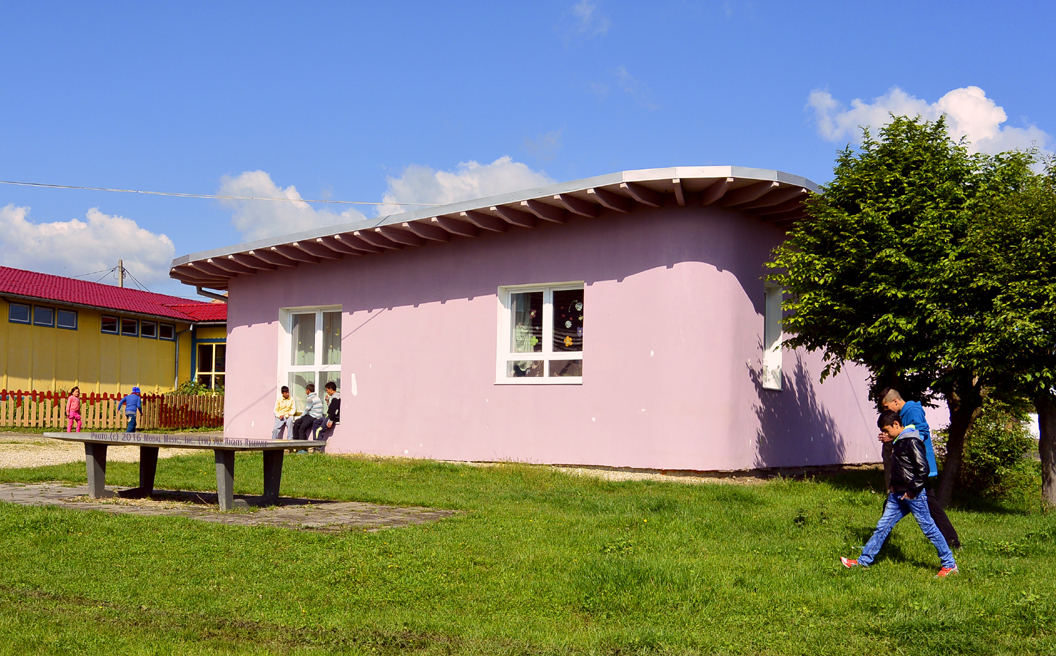 Image of back side of pink building the Scoala Waldorf Hans Spalinger in Roşia, Romania