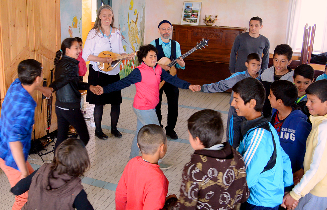 Image of Upper grade students dancing at the Scoala Waldorf Hans Spalinger in Roşia, Romania