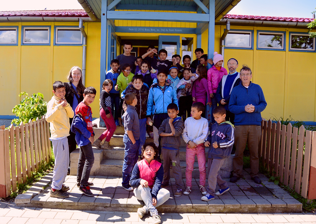 Image of Students posing at the Scoala Waldorf Hans Spalinger in Roşia, Romania