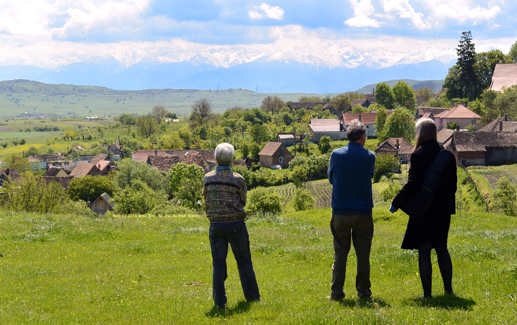 Image of Heleen, Mathias, and Jutta looking at the valley behind the Scoala Waldorf Hans Spalinger in Roşia, Romania