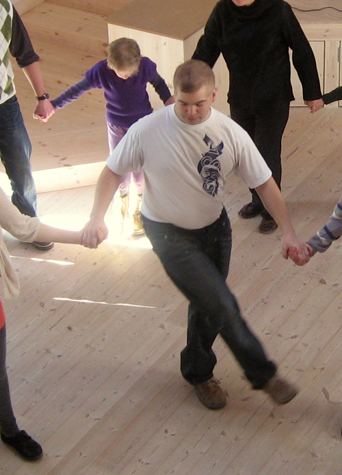 Image of dancers at a Jutta & the Hi-Dukes presentation at the Hadruplund residence in Denmark