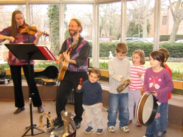 Image of Hi-Dukes at Winettka Library with audience drumming